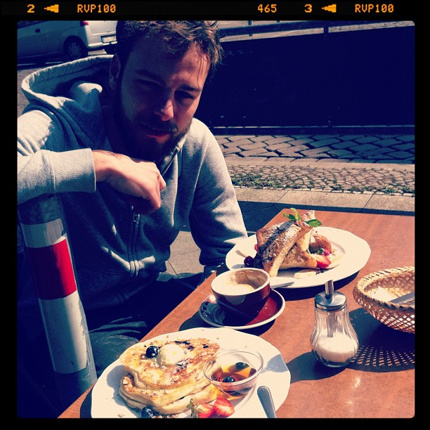 Roel van der Ven with french toast on a terrace