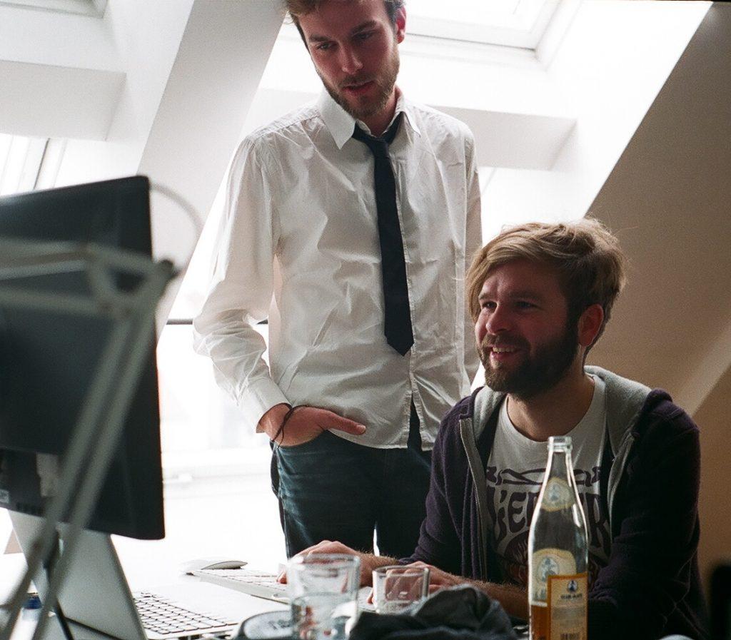 Roel van der Ven and Jan Berkel looking at a computer screen